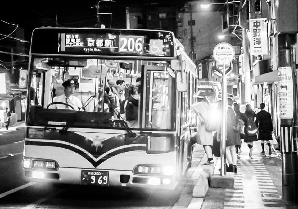 foto de un autobus de japon obra de eriu photo fotografo de donostia