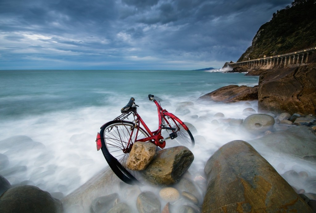 wilco westerduin bicicleta abandonada en las rocas fotografías del país vasco